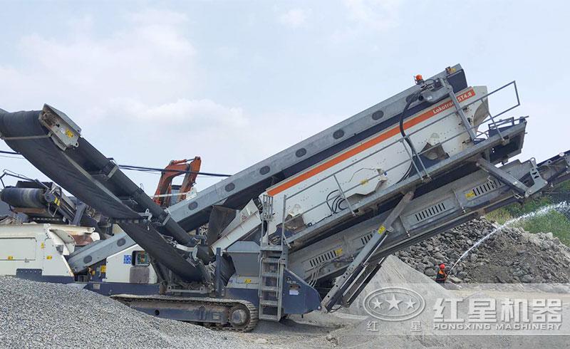 移动砖石粉碎机作业现场